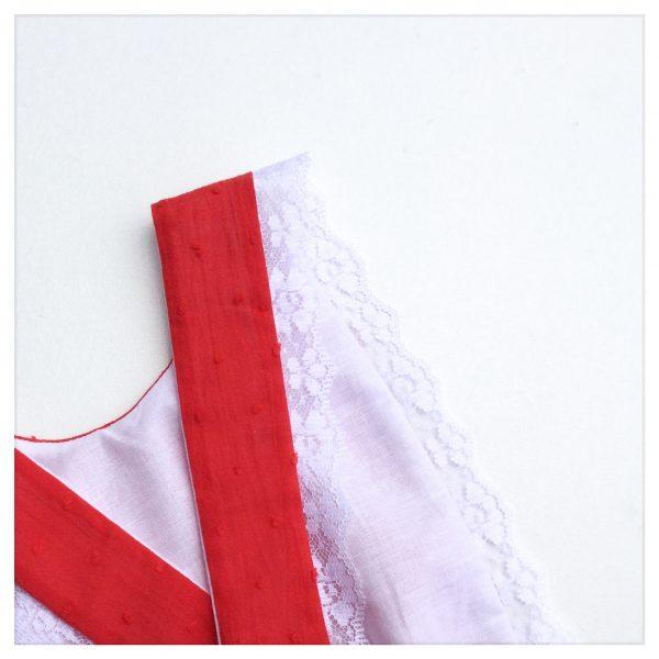 barboteuse-pour-bébé-en-plumetis-de-coton-rouge-et-coton-blanc-à-bretelles-croisées-dos-retrochic-boutique