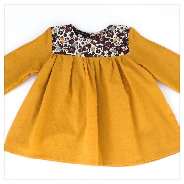 Blouse-en-plumetis-de-coton-moutarde-et-liberty-betsy-myrtille-enfant-bébé-retrochic-boutique