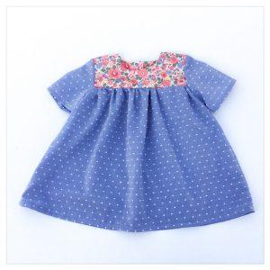 Blouse-en-plumetis-de-coton-bleu-jean-et-liberty-betsy-tuileries-enfant-bébé-retrochic-boutique