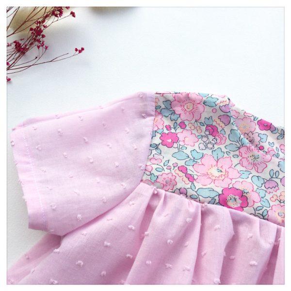 Blouse-en-plumetis-de-coton-rose-dragée-et-liberty-betsy-amelie-enfant-bébé-retrochic-boutique