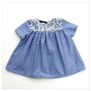 Blouse-en-plumetis-de-coton-bleu-jean-et-liberty-betsy-asagao-enfant-bébé-retrochic-boutique
