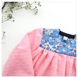 Blouse-en-plumetis-de-coton-rose-et-liberty-betsy-layette-enfant-bébé-retrochic-boutique