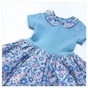 Adorable robe estivale en gaze de coton bleu ciel et liberty Betsy Asagao