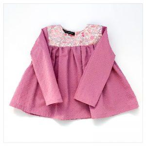 Blouse-en-plumetis-de-coton-rose-et-liberty-betsy-butterfly-rose-enfant-bébé-retrochic-boutique