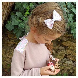 Charmante blouse en plumetis de coton rose et liberty betsy buvard